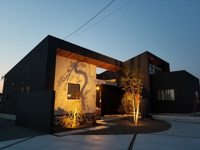 玄関アプローチと間接照明