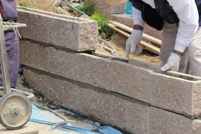 塀を積み上げる職人