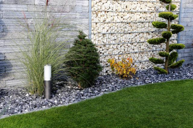 敷き砂利とシンボルツリー